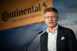 Continental-Vorstandschef Elmar Degenhart spricht beim Richtfest für die neue Continental-Unternehmenszentrale.
