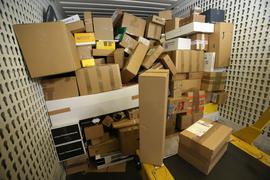 Trotz der hohen Nachfrage im Online-Handel während der Corona-Krise erwartet die Paket-Branche keinen rasanten Zuwachs der Umsätze.