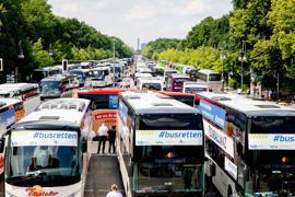 Reisebusse stehen bei einer Protestaktion zur wirtschaftlichen Lage von Bus- und Touristikunternehmen auf der Straße des 17. Juni vor der Siegessäule in Berlin.