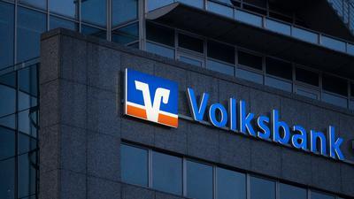 Das Logo der Volksbank ist auf einem Gebäude zu sehen.
