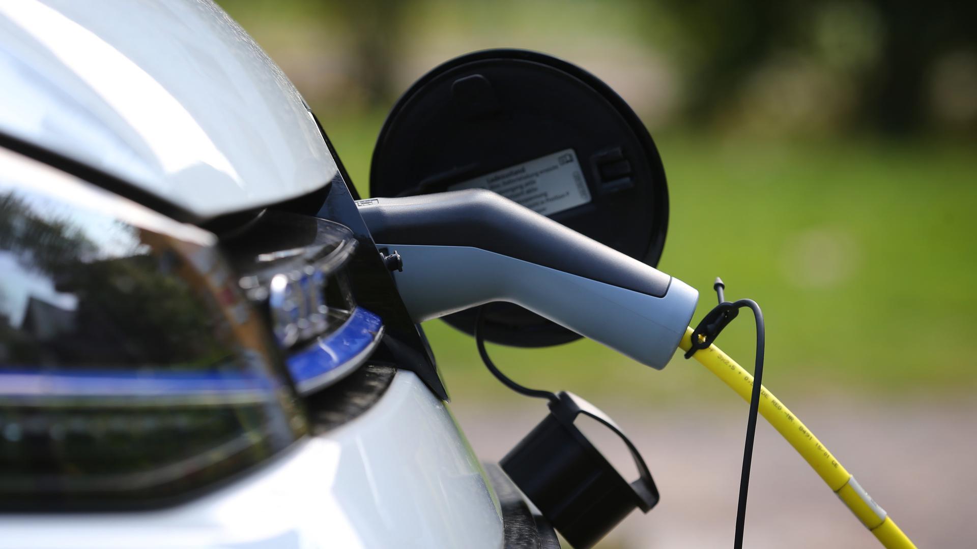 Der Akku eines Plug-in-Hybriden lässt sich oft auch an einer Haushaltssteckdose laden. Doch viele Nutzer tun das offenbar nicht regelmäßig.