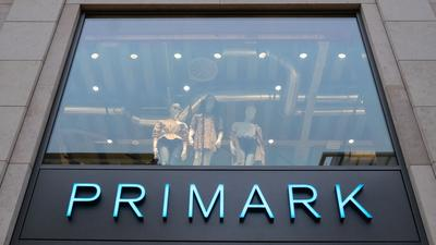Der Erfolg von Fast-Fashion-Anbietern wie Primark oder Zara hält auch wahrend der Corona-Krise an.