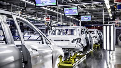 Karosserien am Band im Mercedes-Benz Werk Rastatt.
