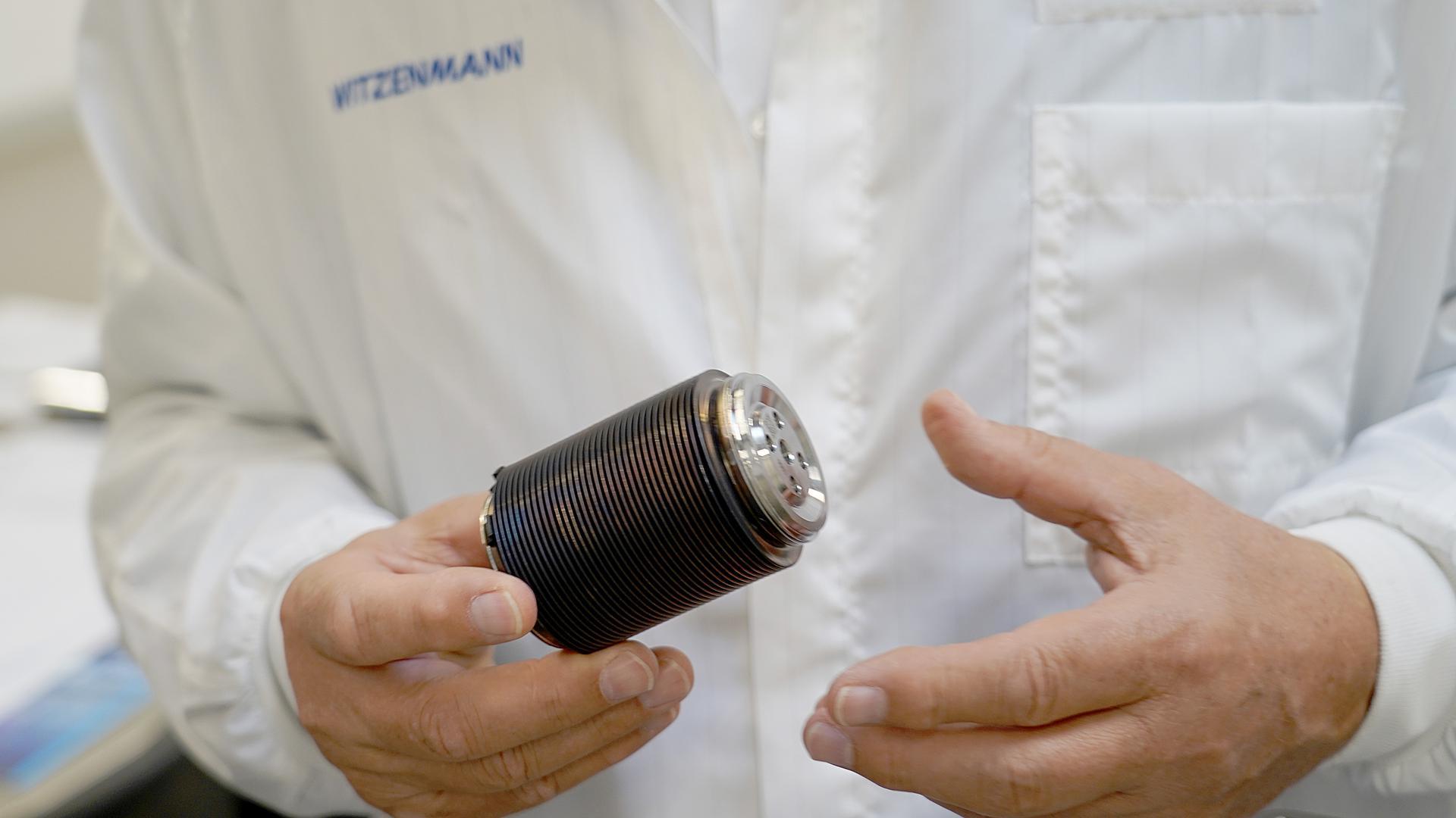 Das Foto zeigt einen Balg, Teil eines innovativen Druckspeichers, wie er für Stoßdämpfer von schweren E-Autos verwendet werden kann.
