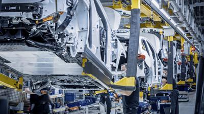 """Mercedes-Benz Werk Rastatt: Produktion des ersten Kompakt-SUV EQA gestartet – 2021 auch im Werk Peking (China). Ausfahrt nach Montage der Bodengruppe mit dem elektrischen Antriebsstrang und Karosserie (""""Hochzeit"""")."""