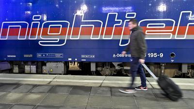 Ein Passagier geht im Rahmen der Premierenfahrt eines ÖBB-Nightjet von Wien nach Brüssel am Hauptbahnhof in Wien über den Bahnsteig. Bahnreisende können ab sofort im Schlafwagen auf der Strecke von Wien nach Brüssel reisen. Zwischen der österreichischen und der belgischen Hauptstadt sind Zwischenhalte unter anderem in Nürnberg, Frankfurt/Main (Süd) und Köln vorgesehen. +++ dpa-Bildfunk +++