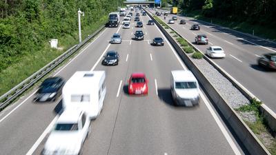 Autos fahren auf der Autobahn 8 vor dem Dreieck Leonberg bei Stuttgart.