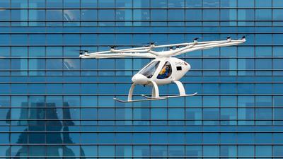 Ein Flugtaxi des deutschen Herstellers Volocopter fliegt während einem bemannten Testflug über Singapur.