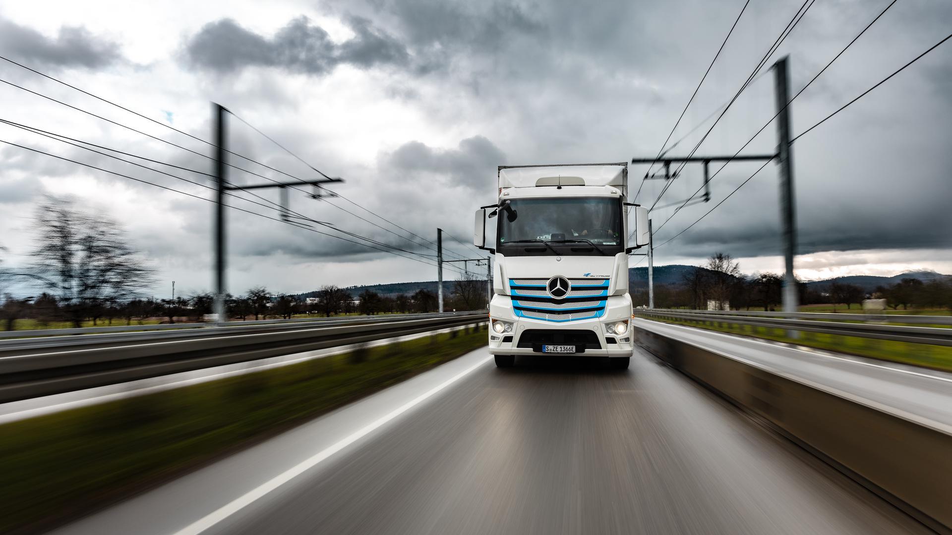 Ein  batterieelektrischer Mercedes-Benz eActros fährt seit Januar auf der zukünftiger Oberleitungsstrecke bis zu 300 Kilometer täglich.