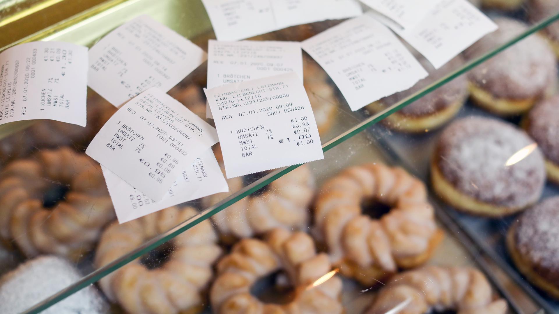 Seit Januar 2020 müssen Bäcker für jeden Einkauf einen Beleg ausgeben. Dadurch soll Steuerhinterziehung verhindert werden.