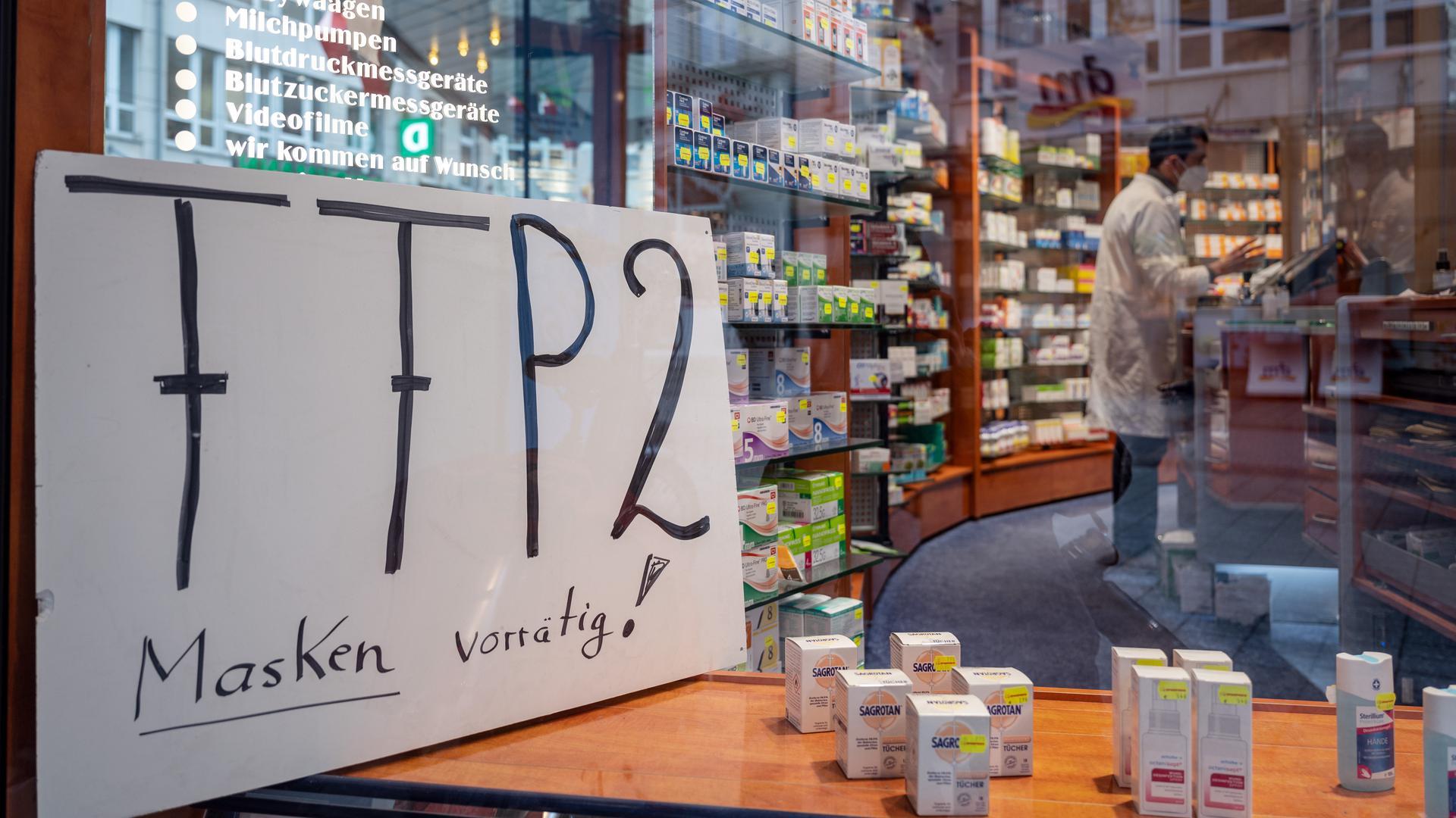 Ein Schild im Schaufenster einer Apotheke wirbt für FFP2 Masken.