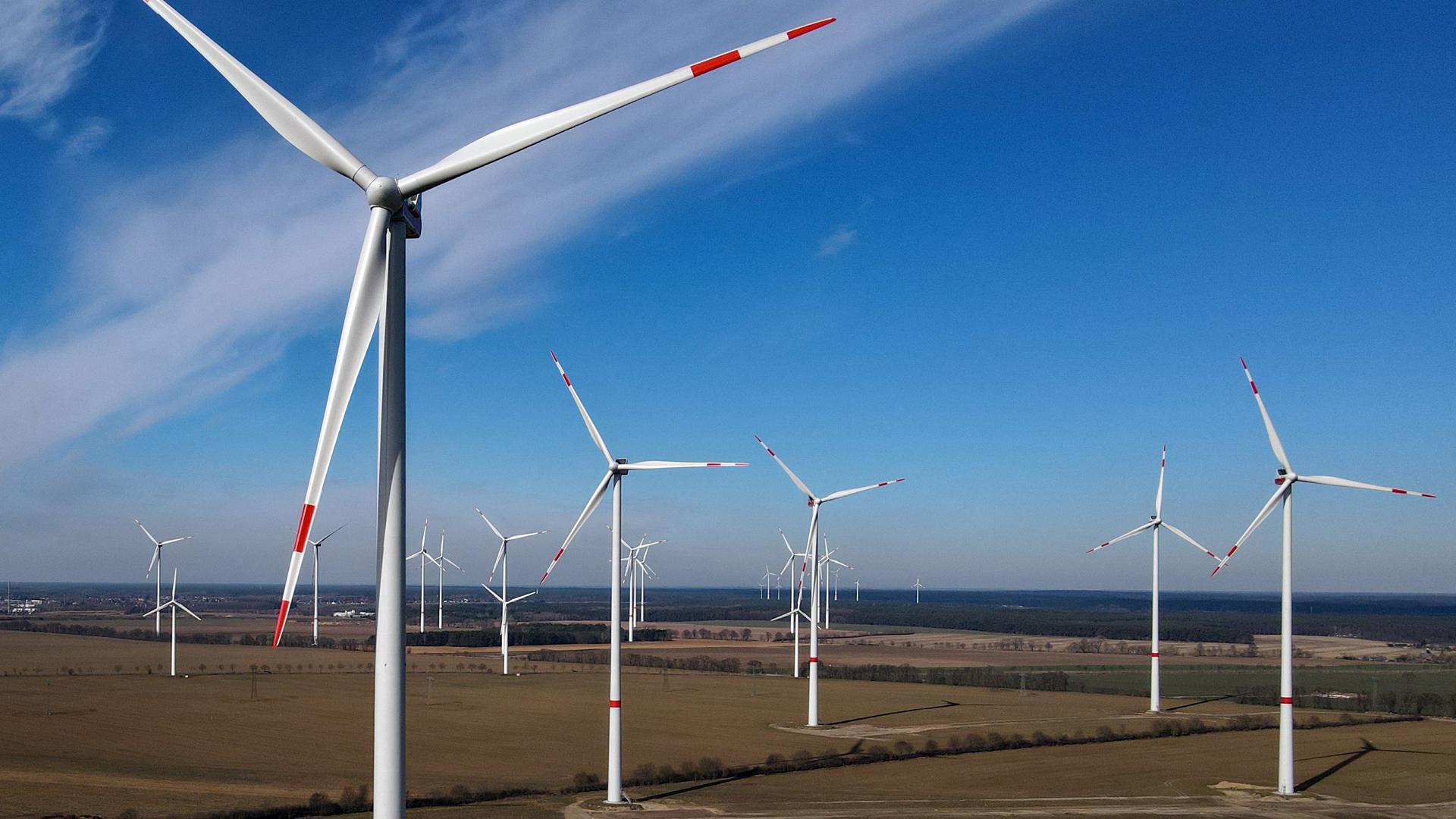 Der Windpark «Albertshof» der Berliner Stadtwerke (Luftaufnahme mit einer Drohne). Am selben Tag findet eine virtuelle Vorstellung des Onshore Windparks «Albertshof» statt. Auf diesem Feld nahe dem nordöstlichen Stadtrand von Berlin wurden 9 Windenergieanlagen mit je 3,45 MegaWatt (MW) Leistung errichtet. Die Investitionsvolumen lag bei etwa 38,7 Millionen Euro. Bilanziell werden mit den 9 Anlagen mehr als 30.000 Haushalte mit lokalem Ökostrom versorgt. +++ dpa-Bildfunk +++