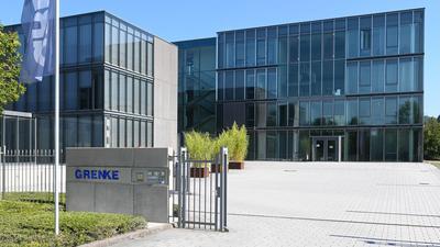 Eine Flagge mit dem Schriftzug des Finanzdienstleisters Grenke AG weht an der Zentrale der  Aktiengesellschaft.
