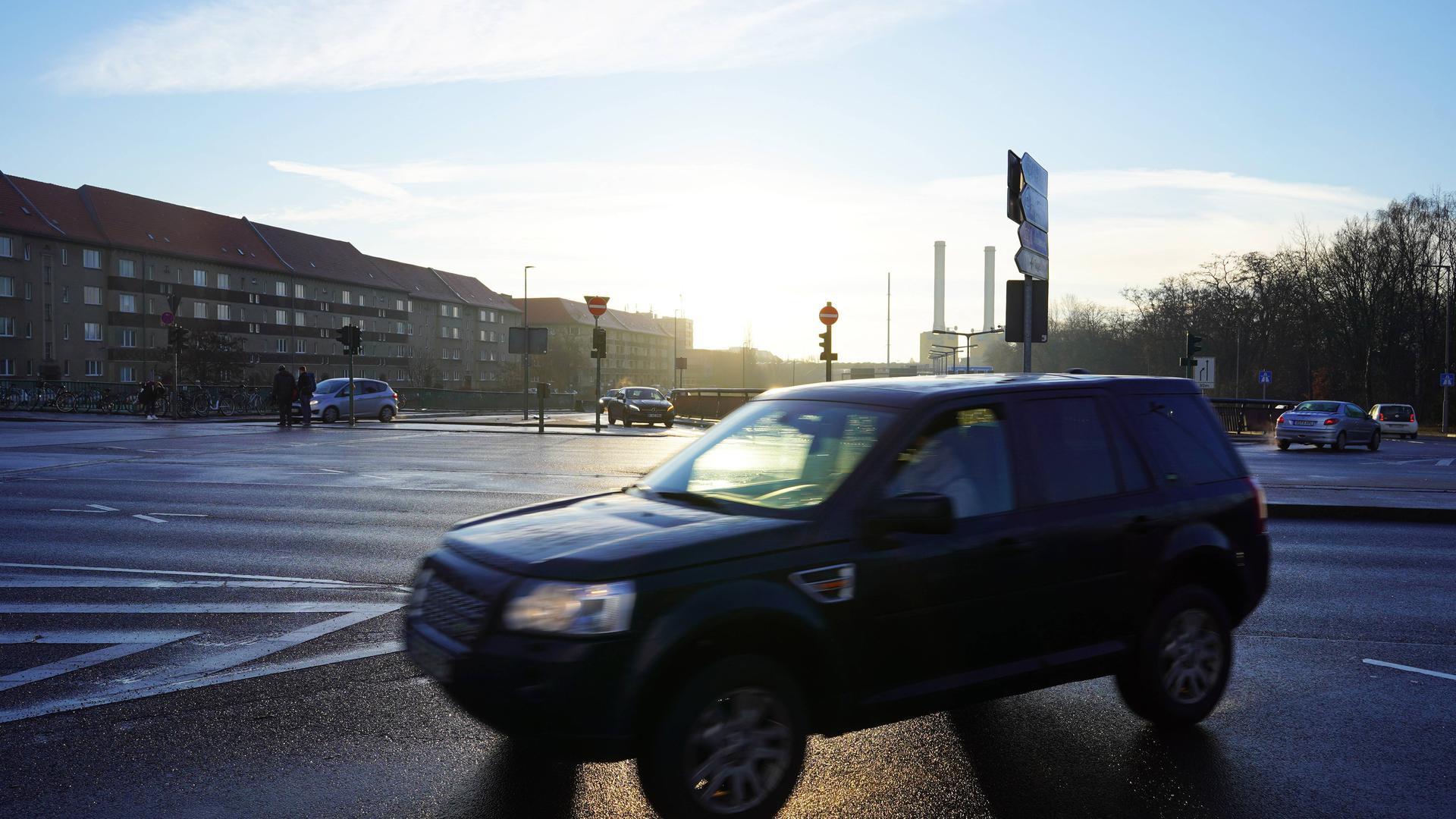 Ein SUV fährt durch Berlin.