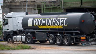 ARCHIV - 09.05.2019, Brandenburg, Schwedt/Oder: Ein Tanklaster mit der Aufschrift Bio-Diesel wartet vor der Einfahrt auf das Firmengelände der Firma Verbio Diesel Schwedt GmbH. (zu dpa «Zukunft im Tank: So sollen Kraftstoffe klimaneutral werden») Foto: Monika Skolimowska/dpa-Zentralbild/dpa +++ dpa-Bildfunk +++ | Verwendung weltweit