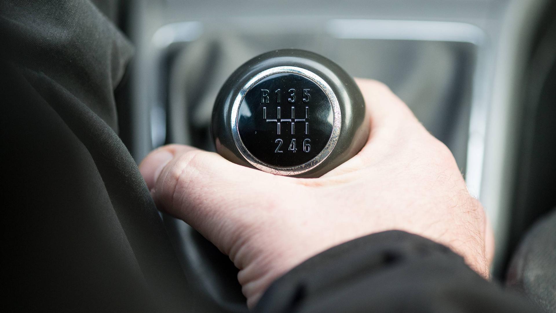 Sechs nach vorne, einer nach hinten. So kennen viele den Schaltknüppel aus älteren und aktuellen Autos.