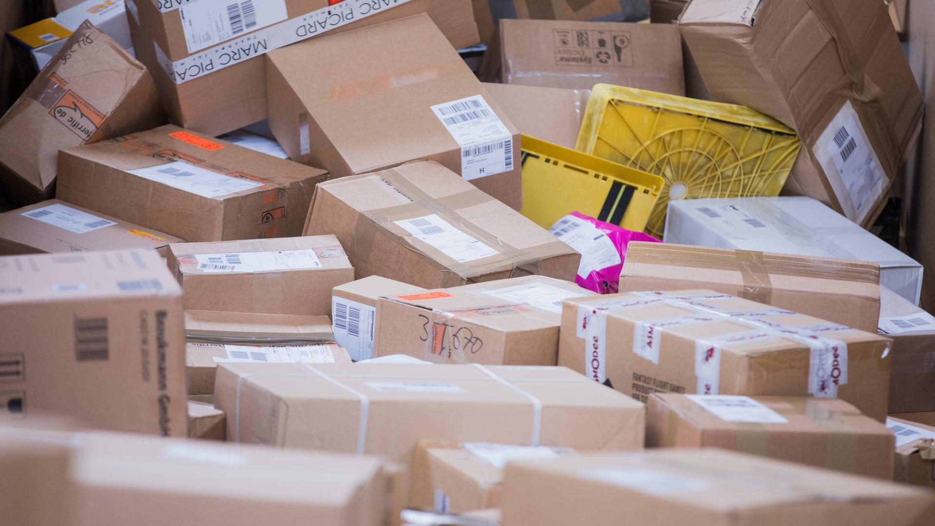 Pakete liegen in einer Zustellbasis der Deutschen Post DHL.