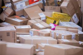 ARCHIV - 15.11.2017, Nordrhein-Westfalen, Düsseldorf: Pakete liegen in einer Zustellbasis der Deutschen Post DHL. Wer in Deutschland ein Paket nach Hause bestellt, könnte dafür langfristig mehr bezahlen müssen. (zu dpa «Paketbranche erwägt Preisaufschlag für Haustür-Bestellungen») Foto: Rolf Vennenbernd/dpa +++ dpa-Bildfunk +++ | Verwendung weltweit