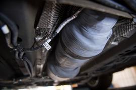 ARCHIV - 20.02.2018, Baden-Württemberg, Stuttgart: Ein nachgerüsteter SCR-Katalysator ist am Unterboden eines umgerüsteten Opel Astra zu sehen. Der ADAC Württemberg und das Verkehrsministerium Baden-Württemberg haben gemeinsam getestet, welchen Effekt die Hardware-Umrüstung von Euro-5-Diesel-Fahrzeugen hat. (zu dpa: «ADAC Württemberg präsentiert Prüf-Ergebnisse zu Hardware-umgerüsteten Euro 5-Dieseln im Alltagsbetrieb» vom 18.03.2019) Foto: Marijan Murat/dpa +++ dpa-Bildfunk +++   Verwendung weltweit