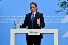 Verkehrsminister Andreas Scheuer (CSU) spricht beim Mobilfunkgipfel. Die Bundesregierung will den Bau von Funkmasten mit 1,1 Milliarden Euro fördern.