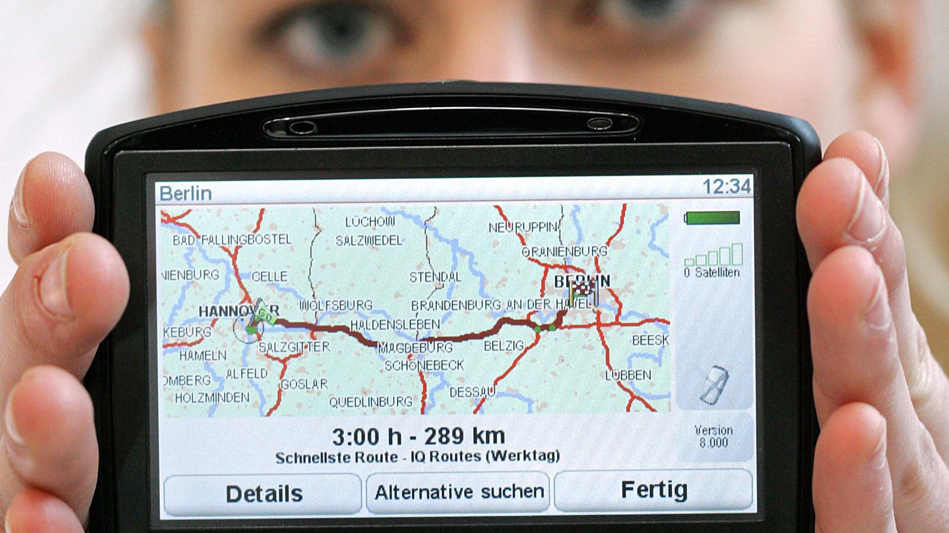 """ARCHIV - Modell Tina präsentiert auf einem Messestand auf der CeBIT in Hannover ein Navigationsgerät der Reihe TomTom GO 930T als Neuvorstellung (Archivfoto vom 03.03.2008). Neue technische Geräte erobern rheinland-pfälzische Haushalte: Bereits jeder fünfte besitzt heute ein """"Navi"""" und eine Spielkonsole, wie das Statistische Landesamt in Bad Ems mitteilte. Foto: Friso Gentsch dpa/lrs (zu lrs 7083 vom 02.12.2008) +++(c) dpa - Bildfunk+++"""