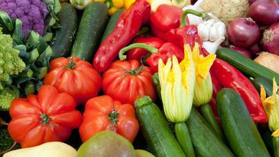 """ARCHIV - Obst und Gemüse liegt am 21.09.2012 auf dem Landwirtschaftsfest-Gelände (ZLF) in München (Oberbayern) an einem Präsentationstand aus. Foto: Peter Kneffel/dpa (zu dpa:""""Mutanten und Preiskrieger am Obstregal - Handel will umsteuern"""" vom 04.02.2014) +++(c) dpa - Bildfunk+++"""