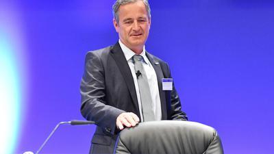Der Vorstandsvorsitzende von Deutschlands drittgrößtem Energieversorger EnBW, Frank Mastiaux, kommt am 10.05.2016 in Karlsruhe (Baden-Württemberg) zur Hauptversammlung. Foto: Uwe Anspach/dpa +++(c) dpa - Bildfunk+++
