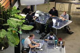 """HANDOUT - Undatiertes Foto eines """"Coworking"""" Büros der Firma Deskwanted.com in San Francisco, USA. Das Internet hebt Grenzen auf, in der Arbeitswelt auch die von Zeit und Raum. Es gibt aber auch eine entgegengesetzte Entwicklung: Beim «Coworking» finden digitale Nomaden einen Arbeitsplatz und eine gemeinsame Umgebung mit anderen Freiberuflern, Startups oder Home-Office-Angestellten. Foto: Deskwanted.com (Achtung Redaktionen: Nur zur redaktionellen Verwendung bei Nennung der Quelle) +++(c) dpa - Bildfunk+++"""