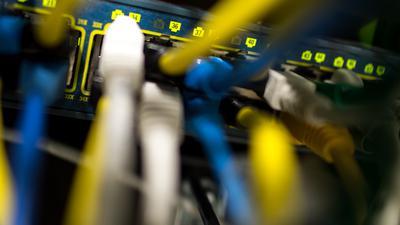 Netzwerkkabel stecken in einem Serverraum in München (Bayern) in einem Switch.
