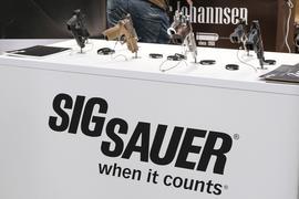 """Pistolen der Firma Sig Sauer sind auf einem Ausstellungstisch bei der Messe """"Outdoor 2019 Jagd & Natur"""" aufgestellt."""