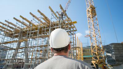Zuschauen auf dem Bau: Weil Rohstoffe wie Holz auf dem deutschen Markt knapp und teuer werden, könnte es auf Baustellen zu Verzögerungen kommen.
