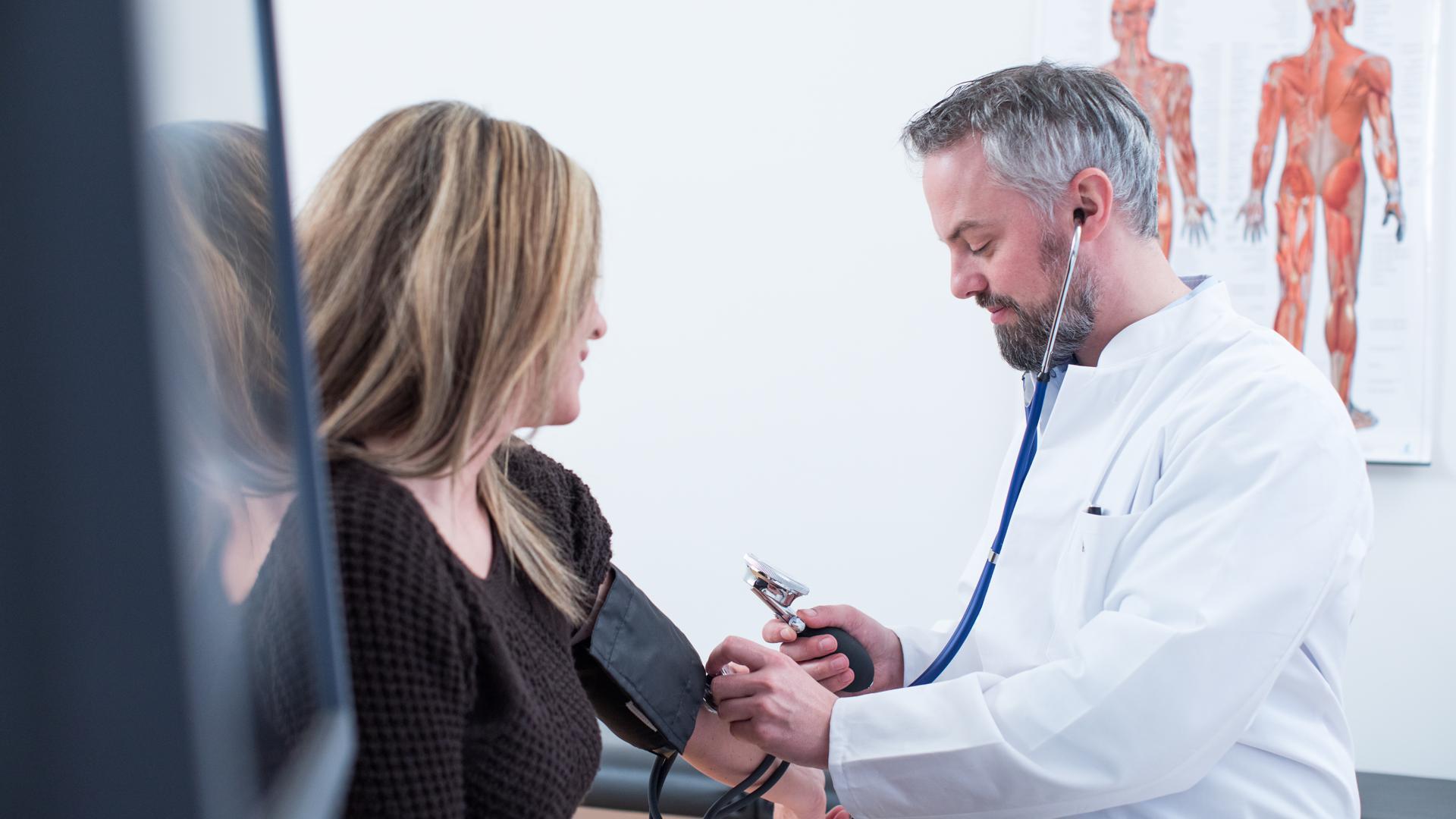 ILLUSTRATION - Zum Themendienst-Bericht von Christina Bachmann vom 11. November 2020: Regelmäßig überprüfen lassen:Der Blutdruck ist elementar wichtig für die Gesundheit - zu hoch darf er nicht sein. Zu niedrig übrigens auch nicht. Foto: Christin Klose/dpa-tmn - Honorarfrei nur für Bezieher des dpa-Themendienstes +++ dpa-Themendienst +++