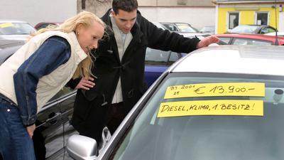 Paar beim Gebrauchtwagenkauf