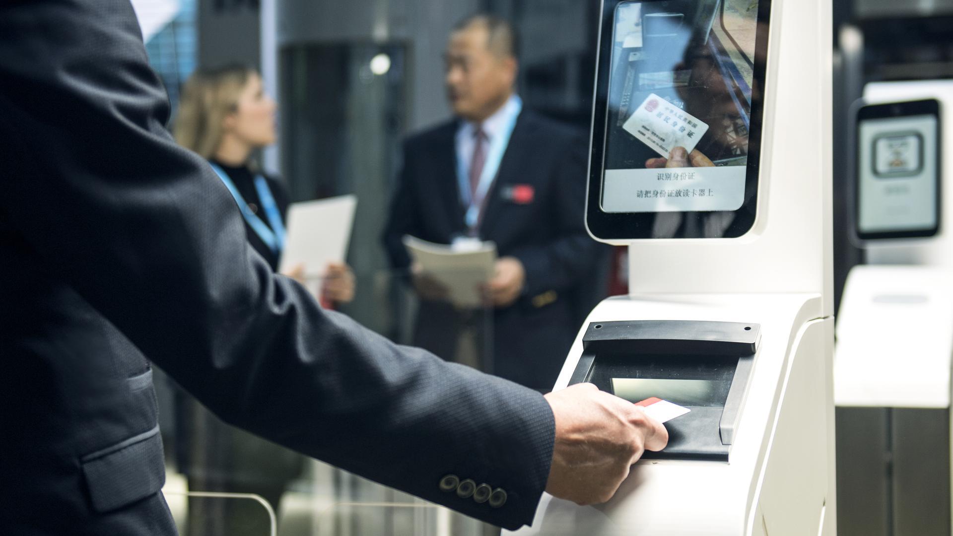 An einem Kontrollsystem aus dem Portfolio der  Firma Cambaum wird die Identität eines Passagiers geprüft.