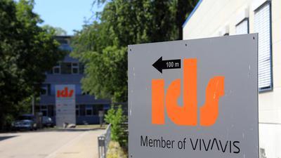 Ein Firmenschild weist auf die Firma ids hin