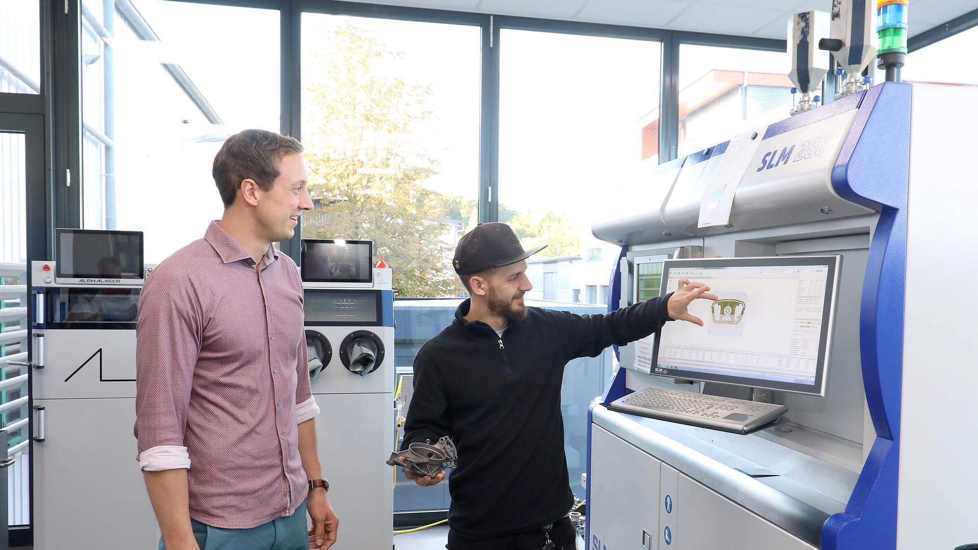 Rosswag Engineering stellt sogar das Metallpulver für den anschließenden 3D-Druck selbst her - Weltkonzerne nutzen die Expertise und kommen nach Pfinztal. Das Foto zeigt den Leiter von Rosswag Engineering, Gregor Graf (links), zusammen mit Mitarbeiter Eric Meinzer.