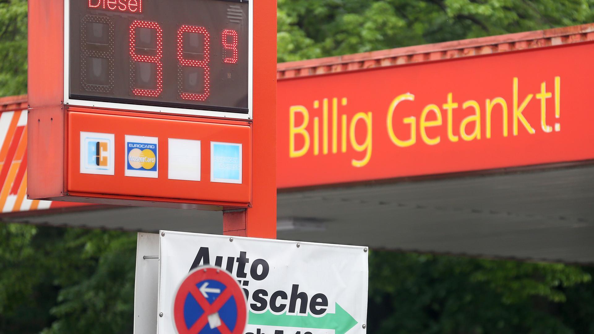 Für 99 Cent wird an einer Tankstelle der Liter Diesel angeboten.