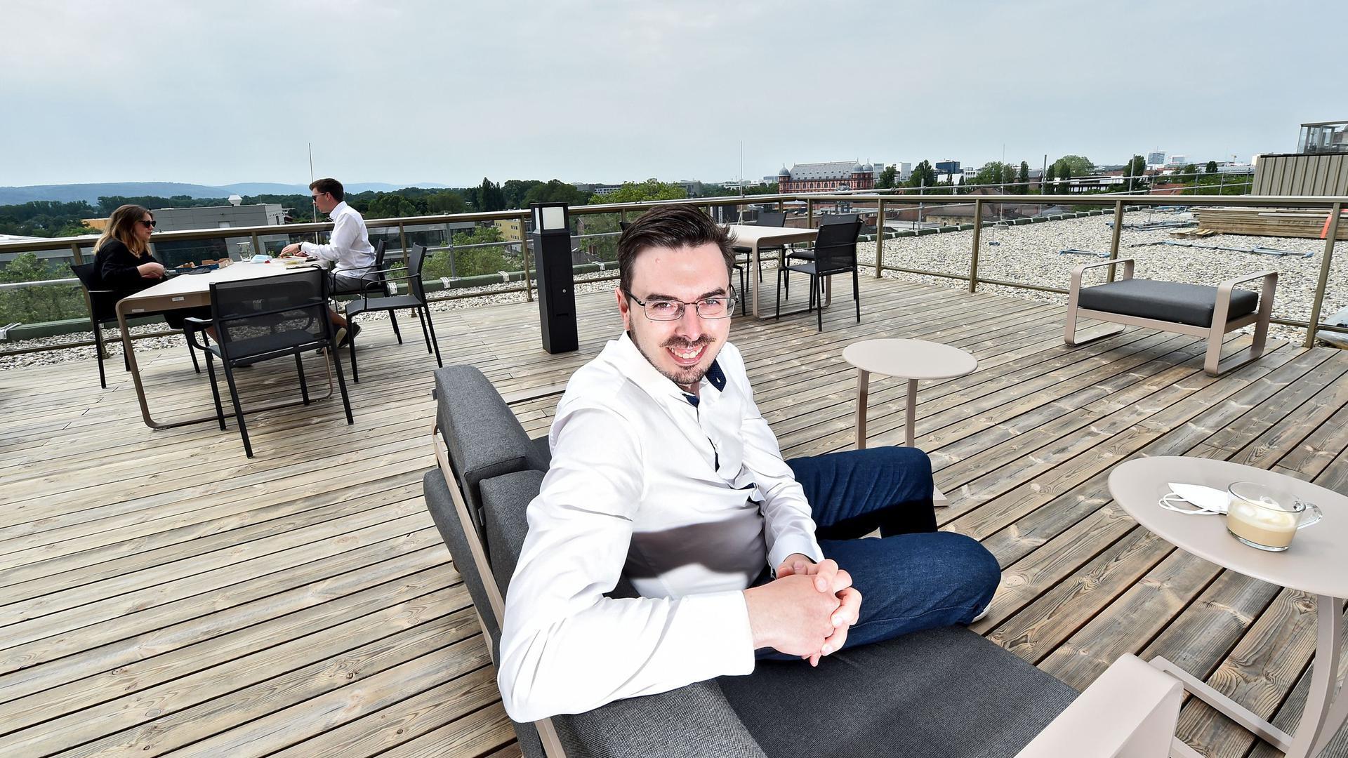 CEO Bastian Karweg auf der Dachterrasse am neuen Sitz von Echobot in der Durlacher Allee 73
