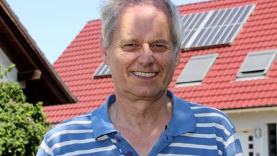 Eckart Seidel vor seinem Haus mit Solardach in Achern
