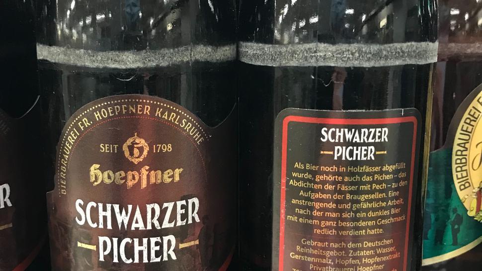 Flaschen der Sorte Schwarzer Picher stehen im Supermarktregal.