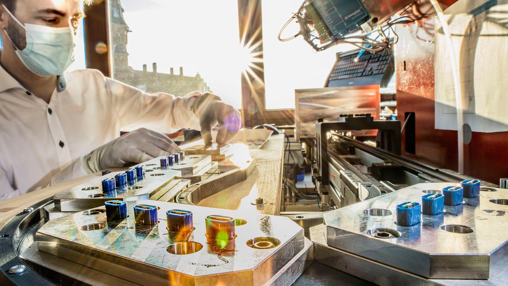 """Produziert wir in Karlsruhe: Die Kamedi GmbH - hier Mitgründer Stefan Hotz - hat die Fertigung für ihren Stichheiler """"Heat it"""" selbst konstruiert."""