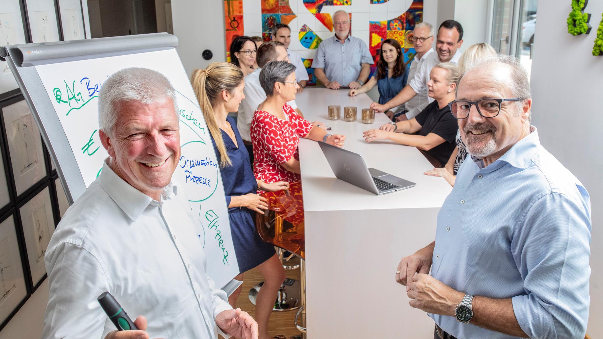 Bei der Liebich & Partner AG mit ihren Vorständen Steffen G. Hilser (vorne links) und Günter Walter (rechts) sieht man großes Potenzial für neue Aufträge.