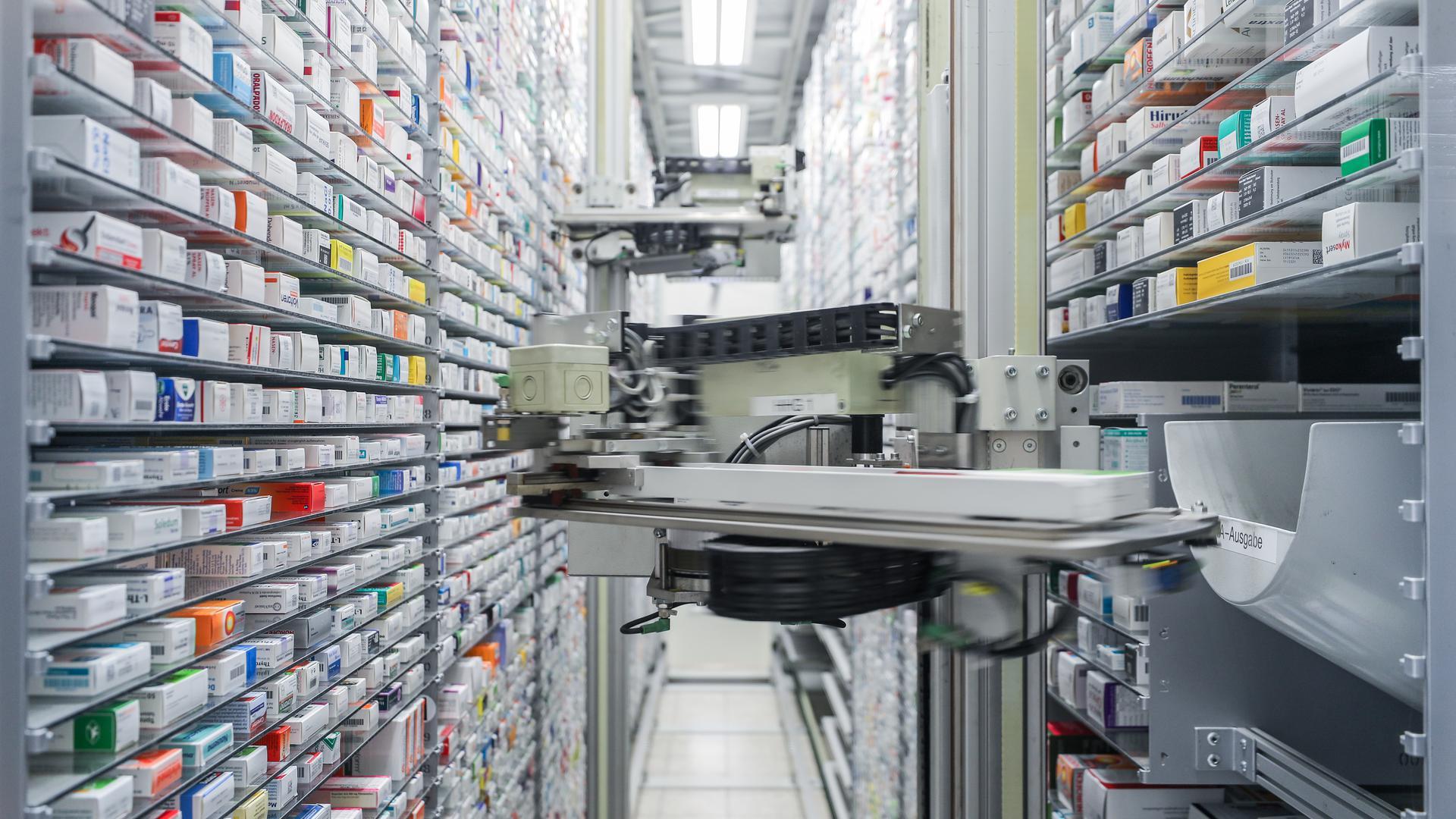 ARCHIV - 31.03.2020, Sachsen, Leipzig: Blick in das automatisierte Medikamentenlager einer Apotheke. Die Corona-Pandemie könnte zum Risiko für die ausreichende Lieferung von Medikamenten und Impfstoffen werden. Ärzte, Apotheker und Hersteller erklären, wie man gegensteuert. (zu dpa «Corona-Effekt: Lieferengpässe für Medikamente möglich») Foto: Jan Woitas/dpa-Zentralbild/dpa +++ dpa-Bildfunk +++ | Verwendung weltweit