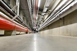 200 Meter lang sind die Gänge unter der Messe Karlsruhe, in denen die Versorgungsleitungen verlegt sind. Über Abzweige geht es in die Versorgungskanäle in den Hallen. Dort bekommen die offerta-Aussteller auf diese Art und Weise Strom-, Wasser- und Abwasseranschluss sowie vieles mehr.