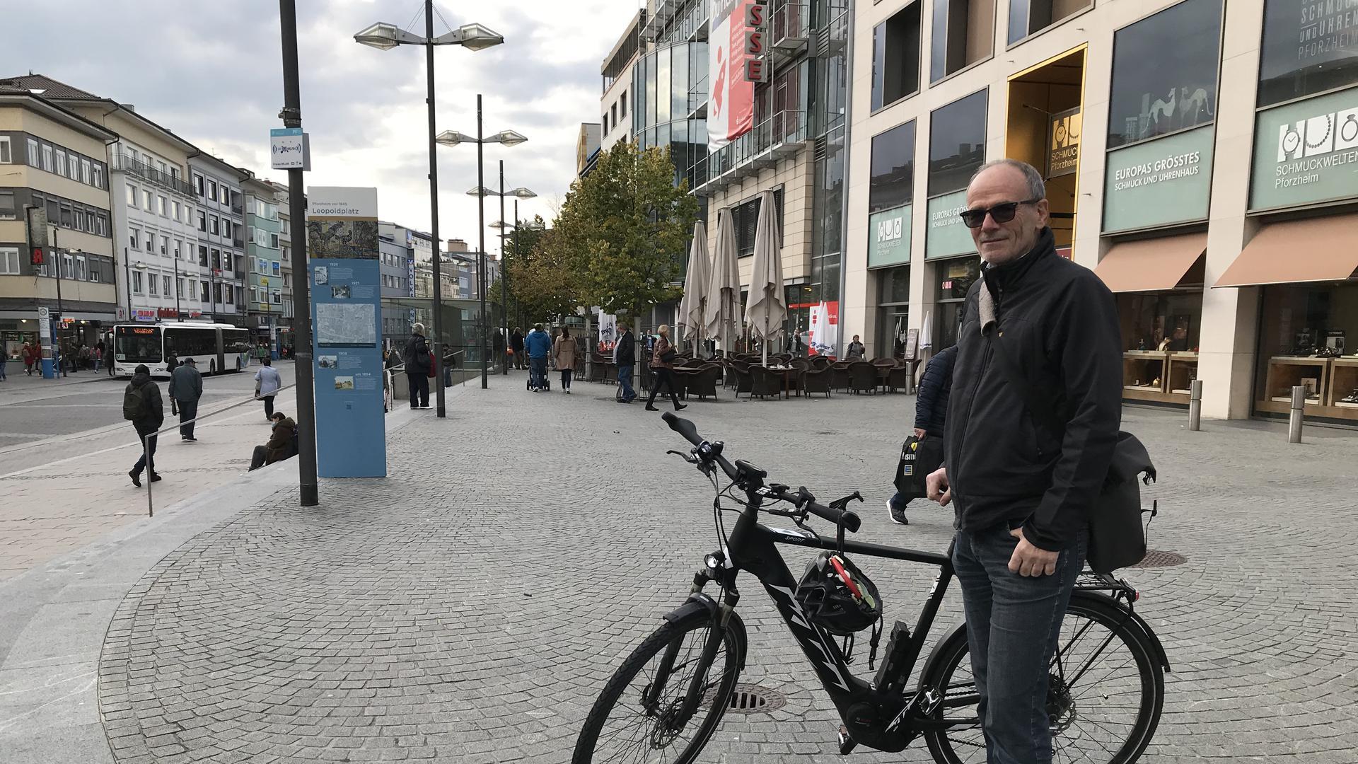 Mann mit Pedelec, im Hintergrund Pforzheimer Innenstadt.
