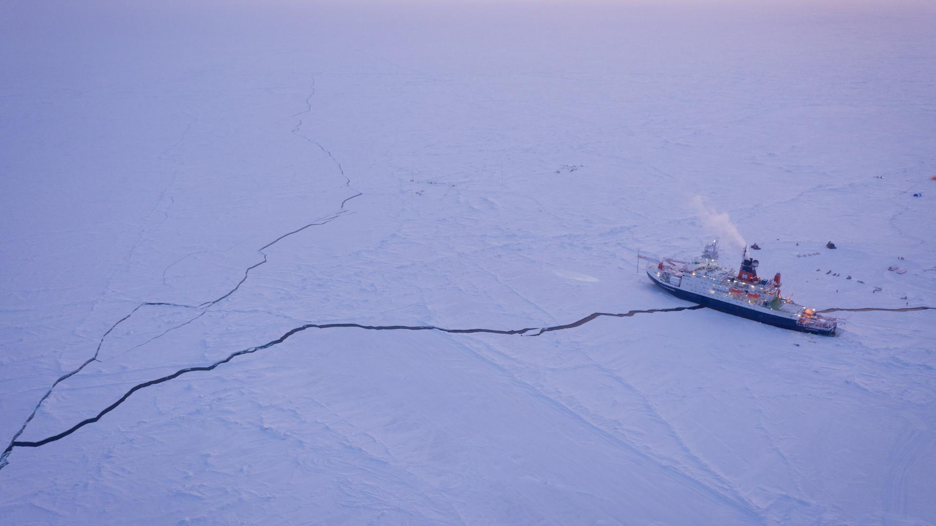 Das Forschungsschiff Polarstern liegt eingefrohren im Eis der Zentralarktis.