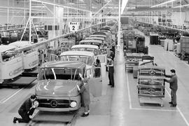 Wörth steht seit 1965 im Fokus der Nutzfahrzeugproduktion bei Mercedes-Benz: In diesem Jahr nimmt das zentrale Montagewerk seine Arbeit auf.