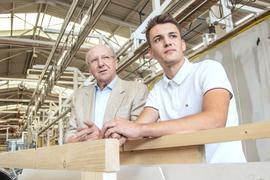 Der Unternehmer Hans Weber wird 85 und plaudert mit seinem 19 Jahre alten Mitarbeiter Jonas Stulz über Tattoos, Facebook-Freundschaften und Leistungsdruck in der Schule.