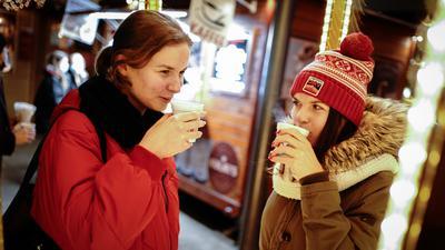Zwei Frauen trinkeneinen  Glühwein.