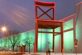 Ein überdimensionaler Stuhl der Firma XXXLutz vor einem Möbelhaus in Nürnberg .
